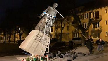 W nocy przewrócono pomnik ks. Henryka Jankowskiego. W ręce rzeźby włożono dziecięce majtki