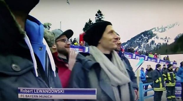 Zdjęcie numer 0 w galerii - Loty narciarskie. Robert Lewandowski odwiedził skocznię w Oberstdorfie [MEMY]