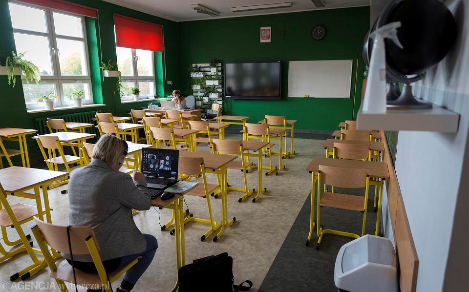 Nauczyciele prowadzą zdalne lekcje w katowickiej SP 11