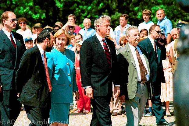 07.07.1994 WARSZAWA , PREZYDENT USA BILL CLINTON Z MALZONKA HILARY CLINTON I MAREK EDELMAN POD POMNIKIEM BOHATEROW GETTA . FOT. SLAWOMIR KAMINSKI / AGENCJA GAZETA SK DVD 028 A SLOWA KLUCZOWE: LATA 90 DYPLOMACJA POMNIK ZYDZI HOLOCAUST PARA PREZYDENCKA PREZYDENT USA ARCHIWALNE /FR/