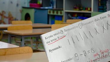 Dziecko dobrze rozwiązało zadanie, a nauczyciel podkreślił błąd