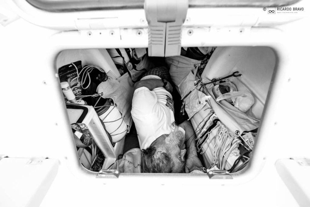 Aleksander doba w małej komorze, w której śpi