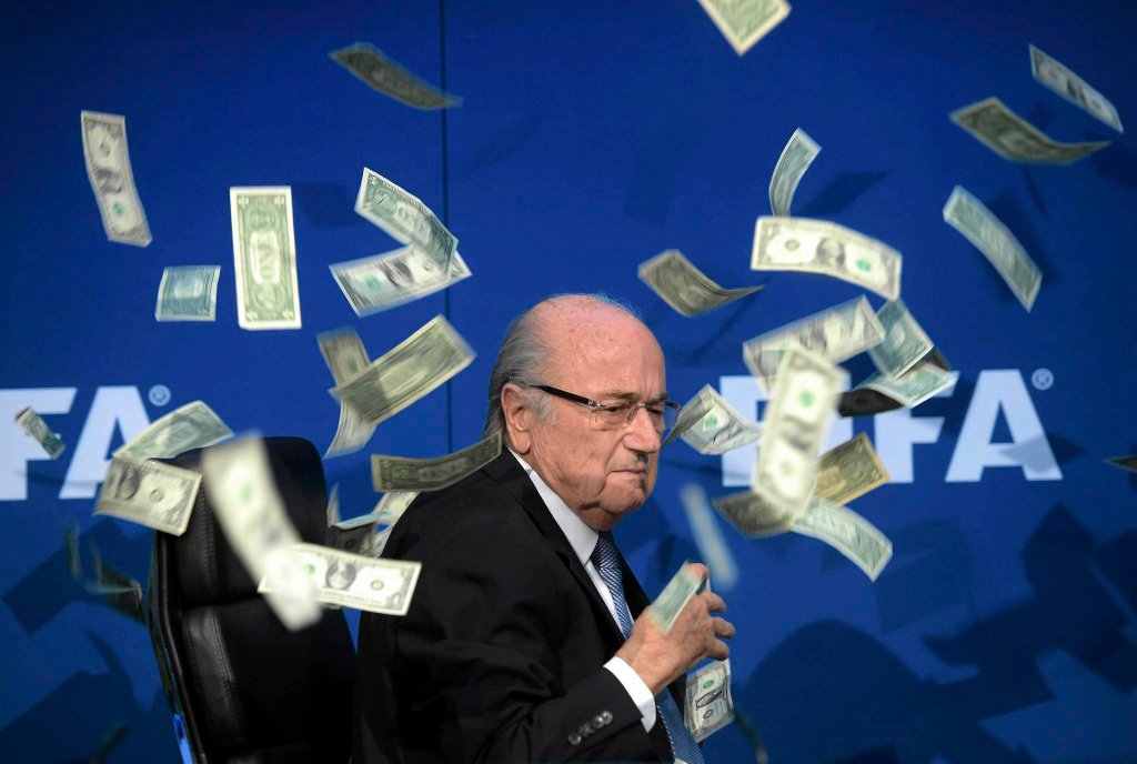 20 lipca. Prezydent FIFA Sepp Blater został obrzucony banknotami przez brytyjskiego komika, podczas konferencji po nadzwyczajnej Komisji Komitetu Wykonawczego FIFA.