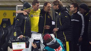 Juergen Klopp rozmawia ze Svenem Benderem podtrzymywanym przez medyków