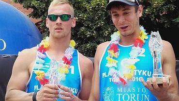 Bartłomiej Malec (z lewej) i Bartłomiej Kiernoz, siatkarze plażowi RCS - u Czarnych Radom