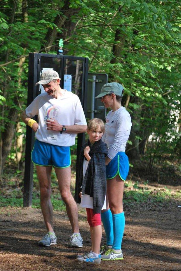 Eliza z rodzicami na mecie parkrunu, biegu na 5 km, w Konstancinie