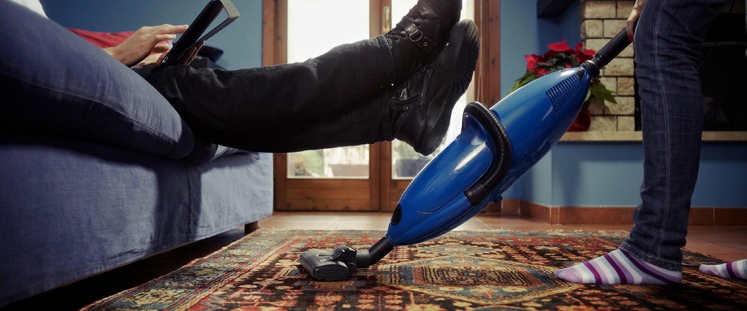 W pandemii kobiety są jeszcze bardziej przytłoczone czynnościami domowymi (fot: Shutterstock.com)