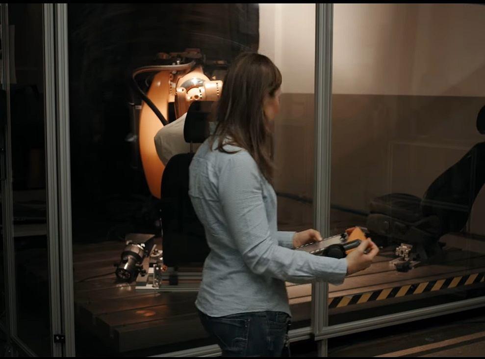 Specjalny robot Forda testujący fotele samochodowe