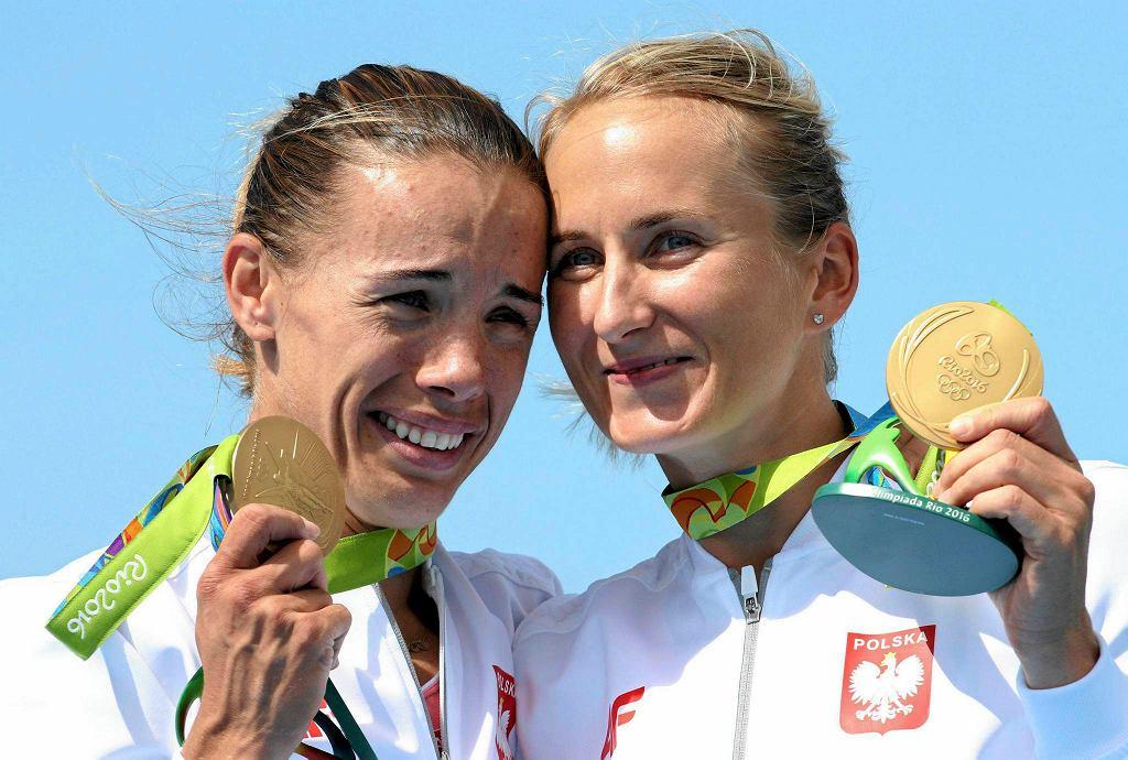 Mamy to! Po kilku dniach marazmu w końcu doczekaliśmy się medali dla Polski na igrzyskach w Rio. Dały nam je polskie wioślarki. Najpierw brąz zdobyła nasza czwórka podwójna Monika Ciaciuch, Agnieszka Kobus, Maria Springwald i Joanna Leszczyńska, a potem (jeeeeeeeeeeeeeest!) pierwsze złoto dała nam dwójka podwójna Magdalena Fularczyk-Kozłowska i Natalia Madaj! Zobaczcie ogromną radość naszych pań podczas dekoracji medalowej