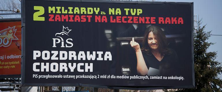 Joanna Lichocka składa pozew za billboardy z jej środkowym palcem