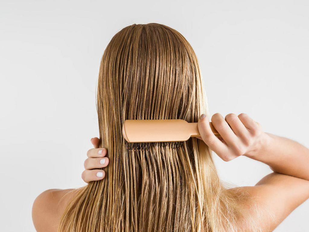 Domowe sposoby na mocne włosy - odpowiednie rozczesywanie