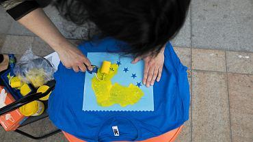Wybory do Parlamentu Europejskiego odbywają się co pięć lat. W tym roku, obywatele państw EU będą wybierać swoich przedstawicieli pomiędzy 23 a 26 maja. W Polsce - 26 maja. Przed zbliżającym się głosowaniem, w sobotę, lubelski Komitet Obrony Demokracji zorganizował akcję na placu Litewskim, pod hasłem 'Idziemy na wybory z sercem dla Unii Europejskiej'. - Chcemy rozmawiać z mieszkańcami Lublina o Unii Europejskiej i zbliżających się wyborach do Europarlamentu - informuje Magdalena Bielska, rzeczniczka prasowa lubelskiego KOD. Elementem tych rozmów było malowanie koszulek z sercem.