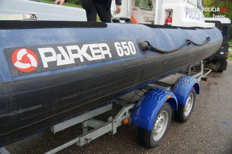 Zwodowano łódź, na której policjanci pilnują bezpieczeństwa osób wypoczywających nad Jeziorem Żywieckim