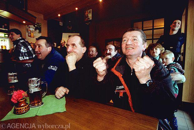 Jan Małysz, ojciec Adama (pierwszy z prawej), ogląda ostatni zwycięski skok syna w Innsbrucku. 4 stycznia, 2001 r., bar 'U bociana' w Wiśle
