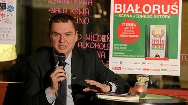Andrzej Poczobut podczas wieczoru autorskiego z mieszkancami Zakopanego , promującego książkę 'System Białoruś'.