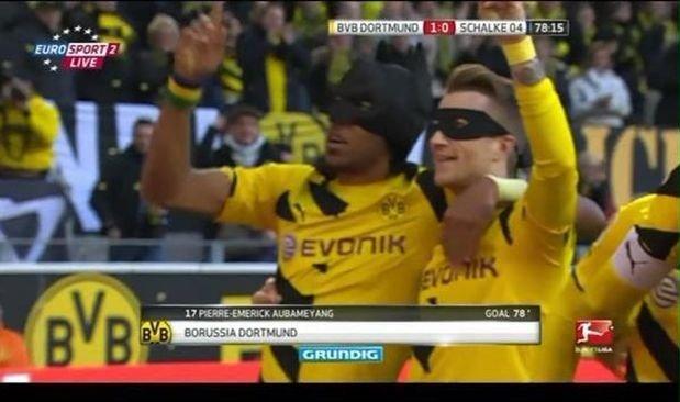 Zdjęcie numer 0 w galerii - Batman i Robin na meczu Borussii Dortmund! Poznajcie najsłynniejszych piłkarskich przebierańców [ZDJĘCIA]