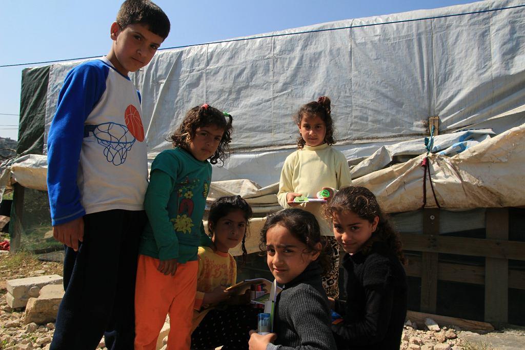 Dzieci, mieszkające w namiotach w nieformalnym obozowisku