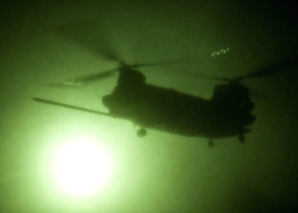 Śmigłowiec MH-47 Chinook podczas akcji w nocy. Większość bitwy na Takur Ghar odbyło się w ciemności