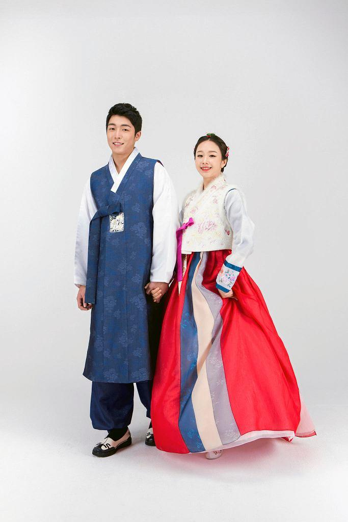 Para w tradycyjnych koreańskich strojach / 123RF