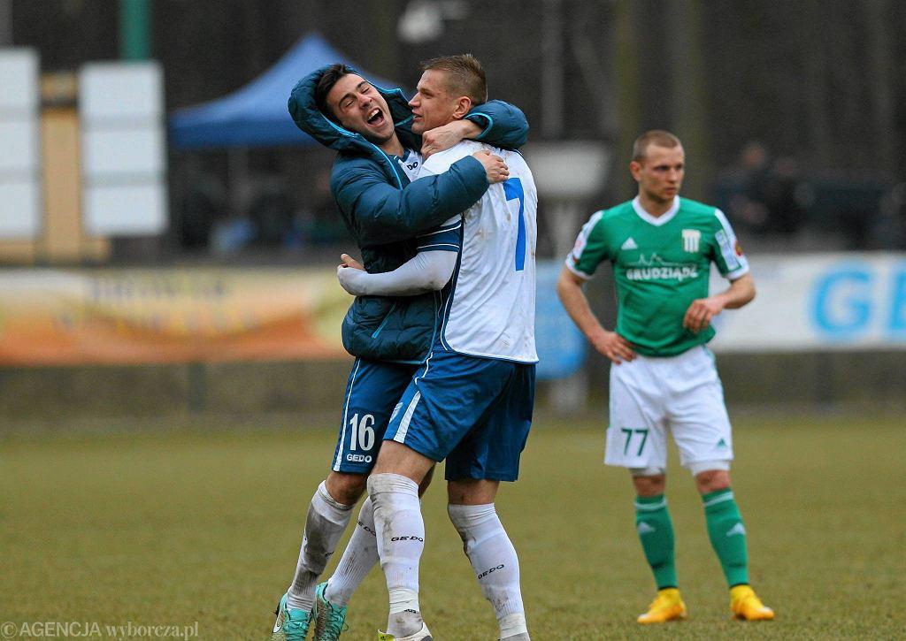 Paweł Lisowski gratuluje Łukaszowi Sołowiejowi bramki w meczu z Olimpią