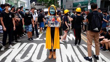 Demonstracja w Honkongu. Postać na przedzie trzyma zdjęcie jednej z ofiar poprzednich manifestacji. 21 czerwca 2019 r.