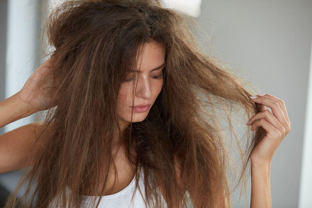 Niby piękne, niby gęste, a jednak problematyczne. Przesuszone włosy potrzebują wsparcia.
