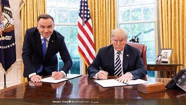 Andrzej Duda podpisuje deklarację współpracy. Oficjalne wizyta prezydenta RP w USA. Waszyngton, Biały Dom, Gabinet Owalny, 19 września 2018. Fotografia z oficjalnego profilu prezydenta Stanów Zjednoczonych