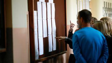 Uczniowie (i rodzice) z podwójnego 'rocznika wyklętego' doświadczają 'deformy' edukacji - szukając swoich nazwisk na liście przyjętych do szkoły. XXVI Liceum Ogólnokształcące, Łódź, 16 lipca 2019