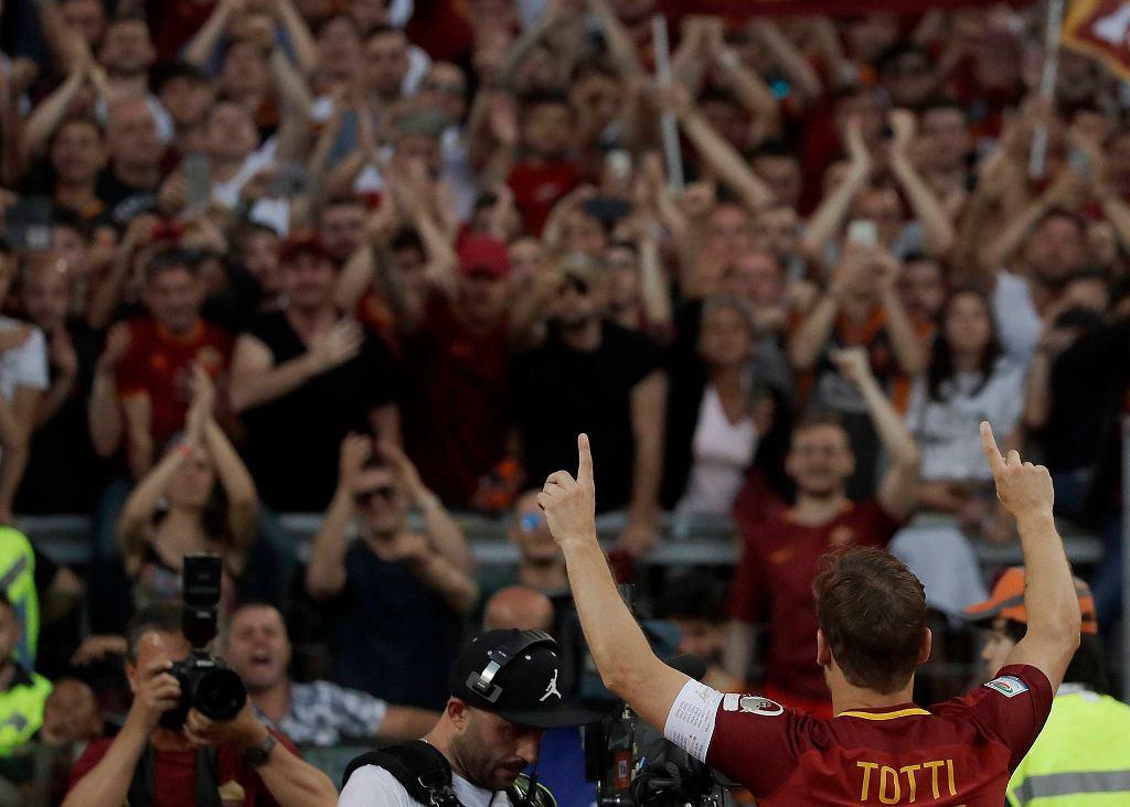 Totti jest najlepszym strzelcem w historii klubu z Wiecznego Miasta (307 goli), rozegrał także w jego barwach najwięcej meczów (786). Po ostatnim meczu wygłosił wzruszające przemówienie.