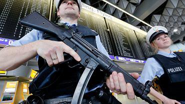 Patrol policyjny na lotnisku we Frankfurcie