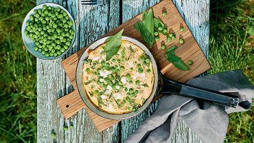 Zielony omlet z groszkiem, bazylią, lubczykiem i fetą