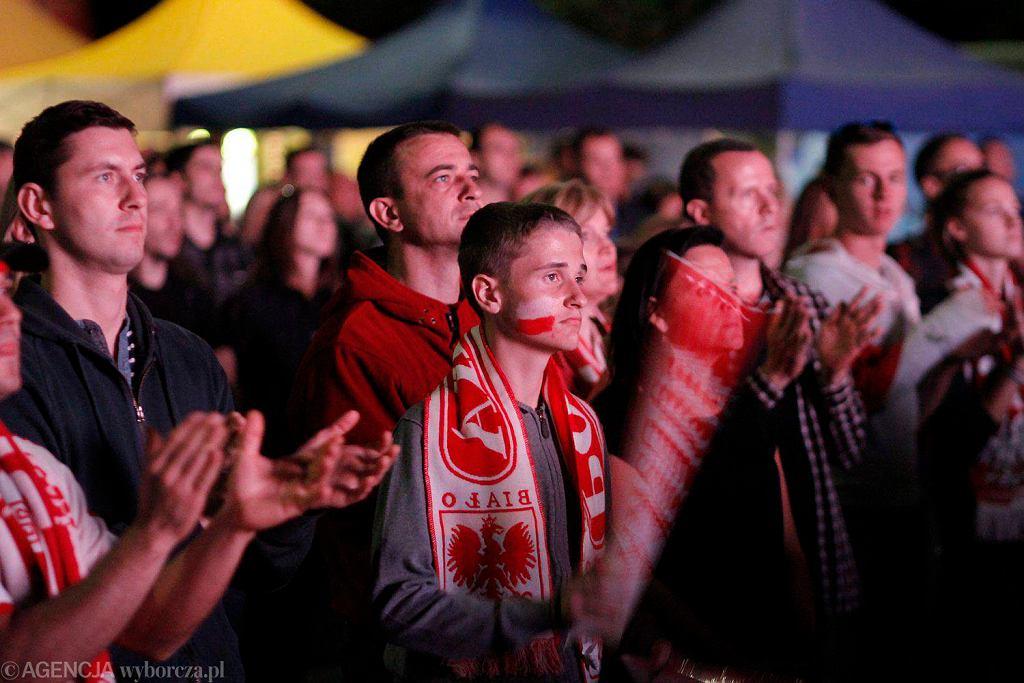 Fani oglądają siatkarskie MŚ w 'strefie kibica'