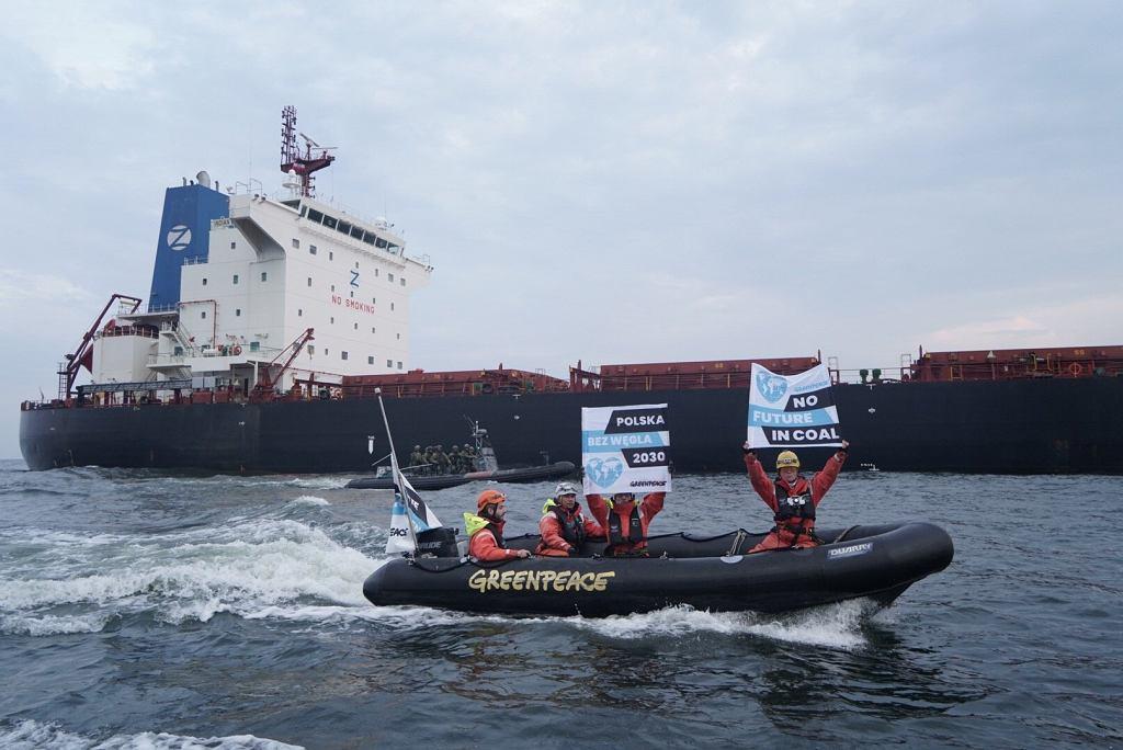 Gdańsk: Działacze Greenpeace zablokowali statek przewożący węgiel z Mozambiku do Polski/ zdj. Greenpeace Polska
