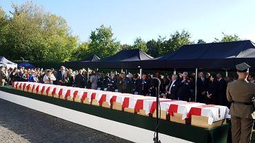 Państwowy pogrzeb 22 ofiar terroru komunistycznego odnalezionych na 'Łączce'