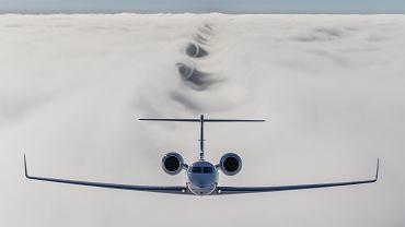 Gulfstream G550 surfujących po chmurach