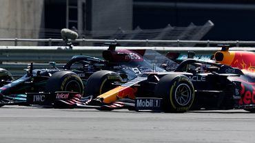 Lewis Hamilton wygrywa dramatyczny wyścig F1. Nie przeszkodziła mu nawet kara