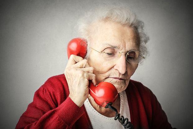 Telefoniczne wkręcanie seniorów. Jakie triki stosują naciągacze?