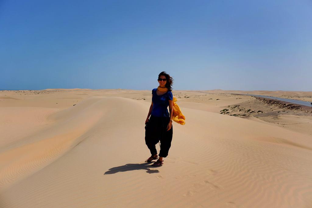 Anna Janowska na pustyni Wahiba. Nazwa pochodzi od jednego z omańskich plemion, więc sułtan, aby żadnego nie faworyzować, kazał nazywać ją Szarkija (wschodnie piaski) (fot. archiwum prywatne)