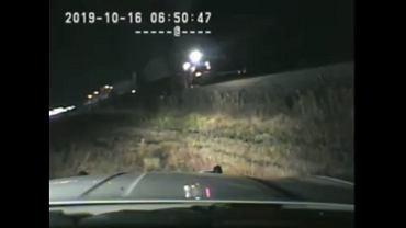 USA. Policjant uratował nieprzytomnego kierowcę, który utknął w aucie na torach kolejowych.