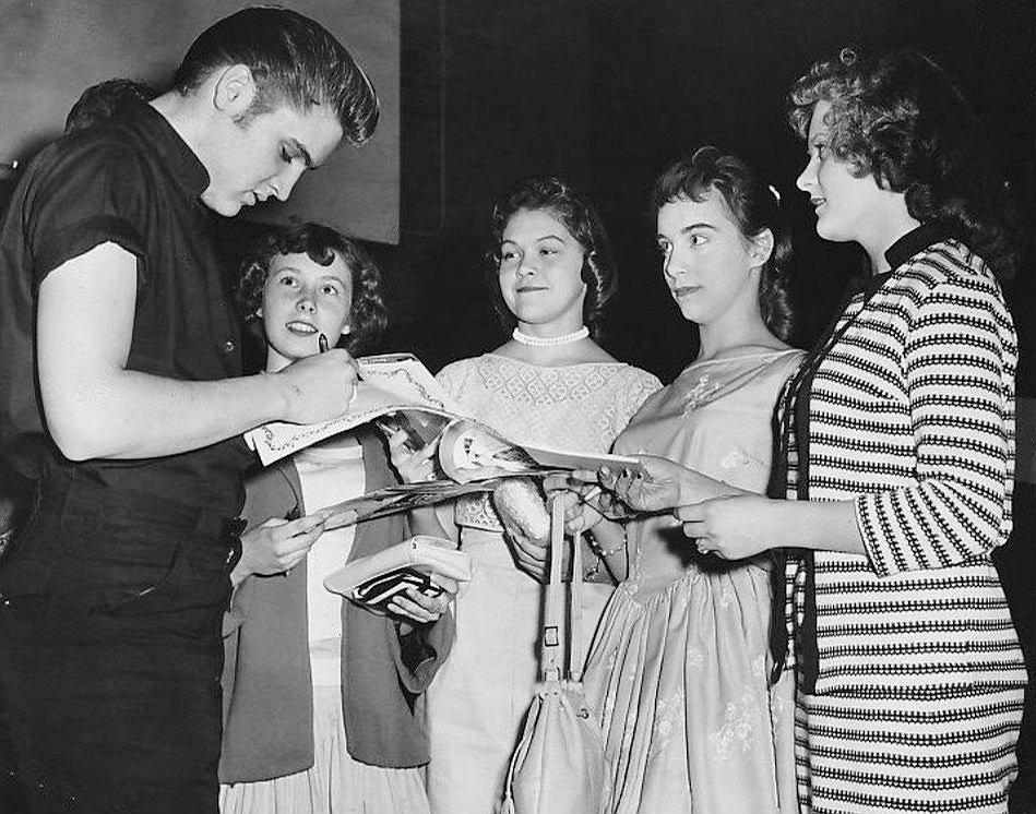 Elvis rozdaje autografy w Minneapolis, rok 1956