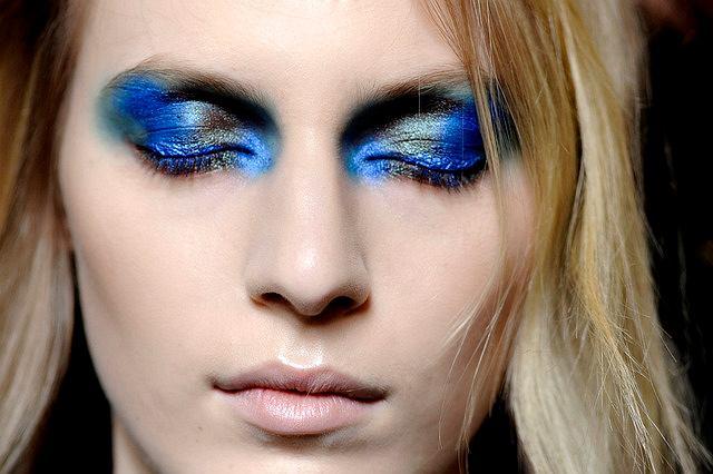 Niebieski makijaż Prabal Gurung