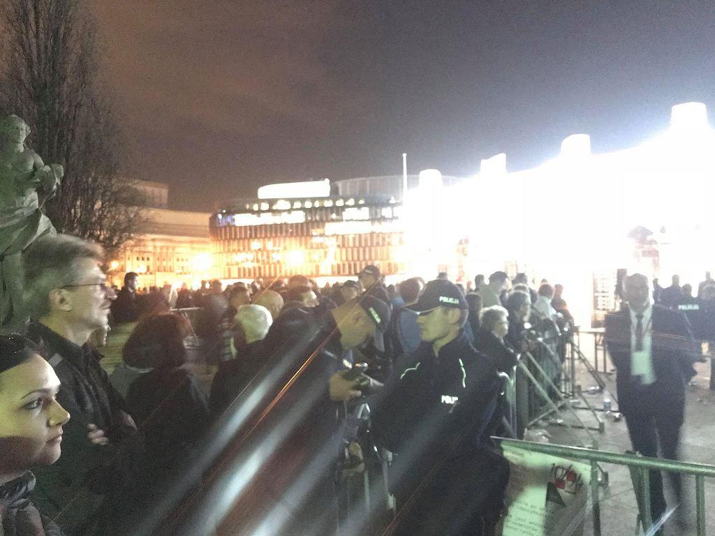8. rocznica katastrofy smoleńskiej. Ogrodzony plac Piłsudskiego w Warszawie