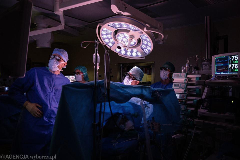 Piotr Suwalski przeprowadza operacje wymiany zastawki mitralnej serca przy uzyciu okularów 3D, Szpital MSWiA, Warszawa 01.10.2019.