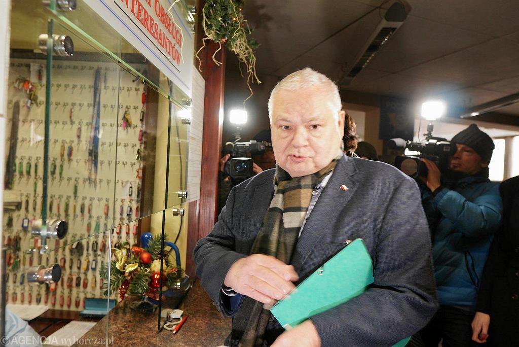 Adam Glapiński, prezes Narodowego Banku Polskiego, przyjechał w czwartek do prokuratury w Katowicach. Ma być tam przesłuchany w charakterze świadka w sprawie afery KNF
