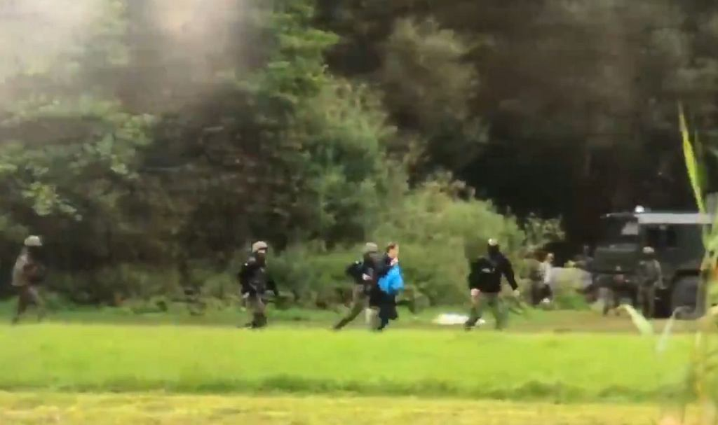 Kadr z filmu dokumentującego wydarzenia na granicy. Z niebieskim workiem biegnie poseł Franciszek Sterczewski
