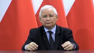 27 października 2020 r. Jarosław Kaczyński wygłosił oświadczenie w sprawie wyroku Trybunału Konstytucyjnego ws. zakazu aborcji. W klapie miał znaczek powstańczej 'kotwicy'