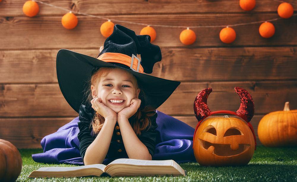 Stroje na Halloween dla dzieci - czarownica. Zdjęcie ilustracyjne