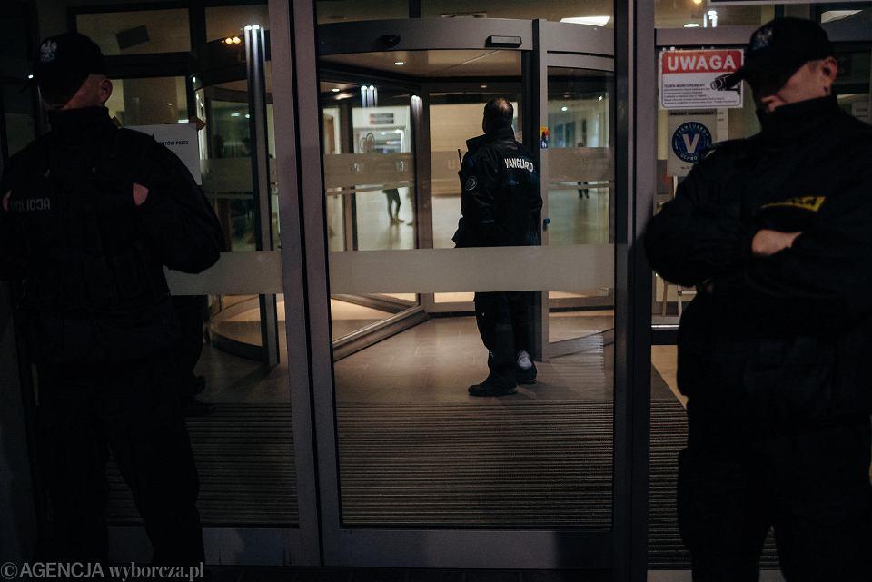Działania policji na Targu Węglowym w Gdańsku w noc po ataku na prezydenta Gdańska