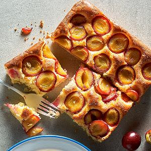 Śliwki to idealne owoce do wypieków. Można je łączyć z ciastem drożdżowym i kruchym, dodawać do sernika i tiramisu czy zapiekać pod kruszonką. Przepisy na ciasta ze śliwkami