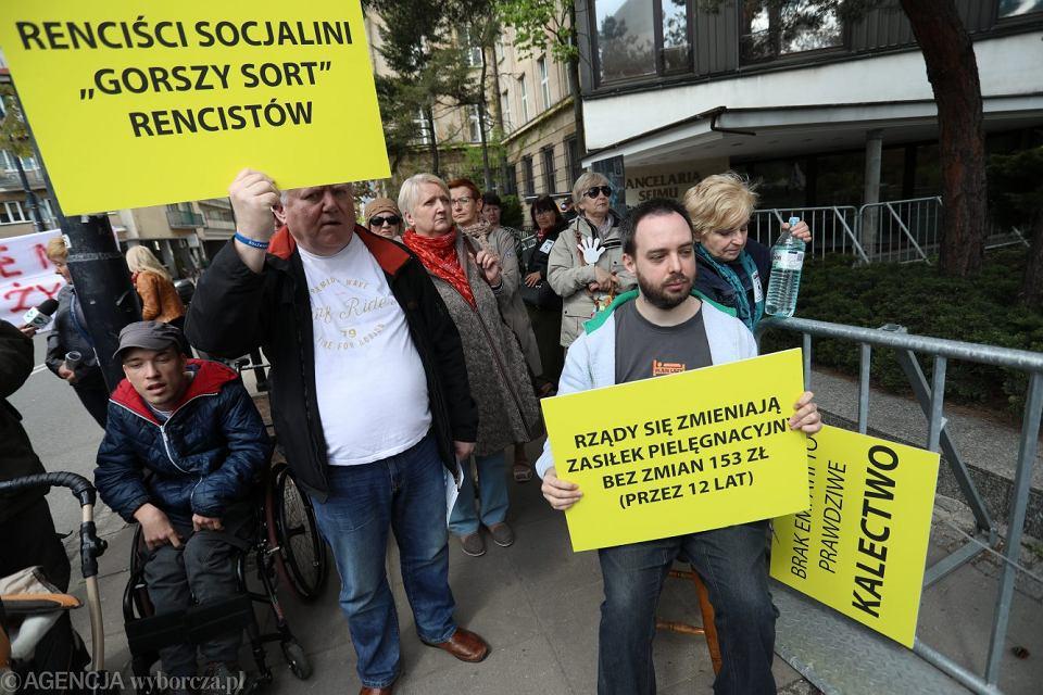 Zgromadzenie przed sejmem popierające protest rodziców osób niepełnosprawnych, 27 kwietnia 2018.
